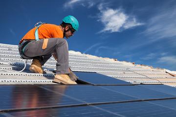 Comment choisir ses panneaux de toiture à isolation intégrée ?